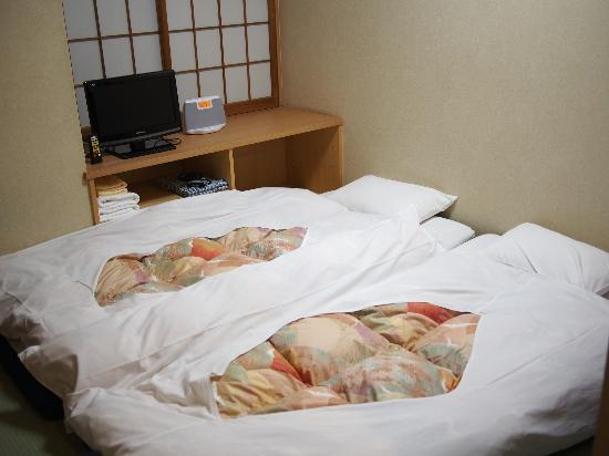 Annex Katsutaro: Cosy room with traditional Japanese bed on tatami.