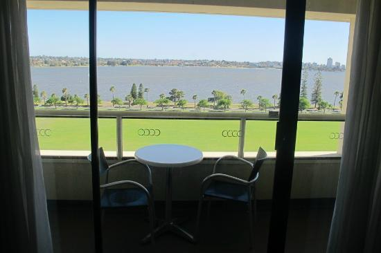 Crowne Plaza Perth: balcony facing the swan river