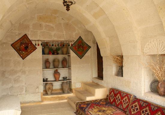 Caravanserai Cave Hotel: Decor