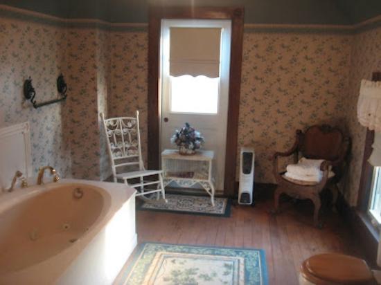 Hasseman House B&B: Boys Room Bathroom
