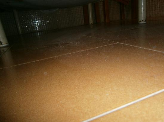 Villa Florida: dust under bed not cleaned for months