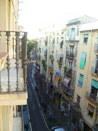 Moderno Hotel Bcn: View of other end of the street