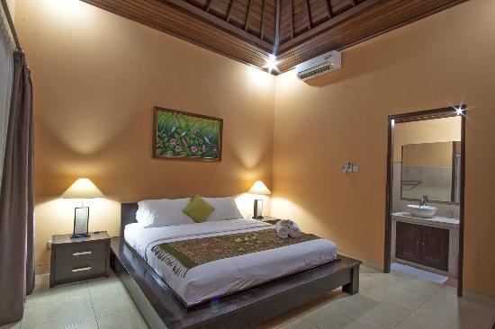 Wayan's Guest House: Kingsize Bedroom (New Ceiling)
