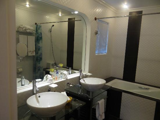 Monaco Suites de Boracay: Great bathroom