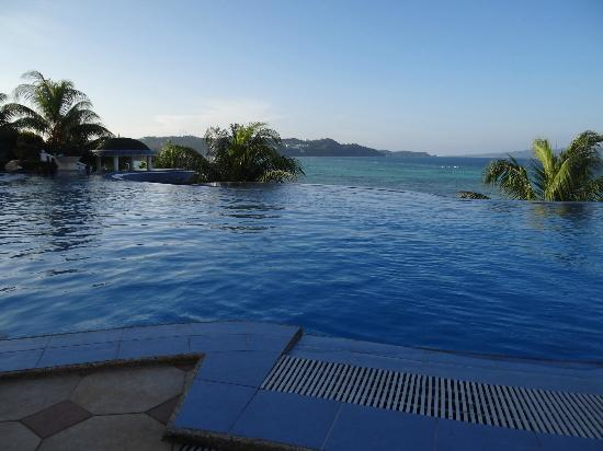 Monaco Suites de Boracay: great pic of the infinitey pool