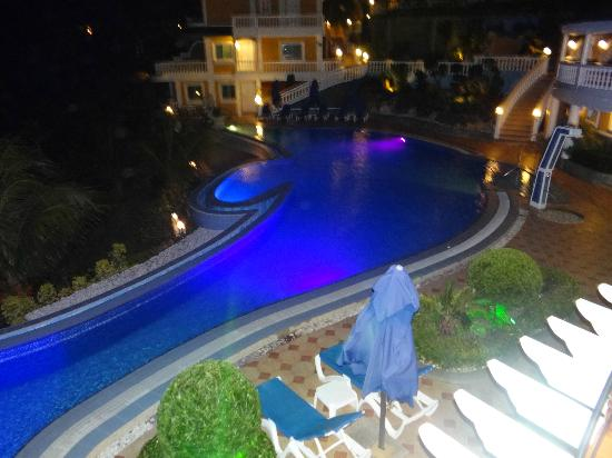 Monaco Suites de Boracay: great dolphin shaped pool