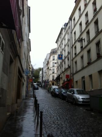 Comfort Hotel Place du Tertre: tholoze street view