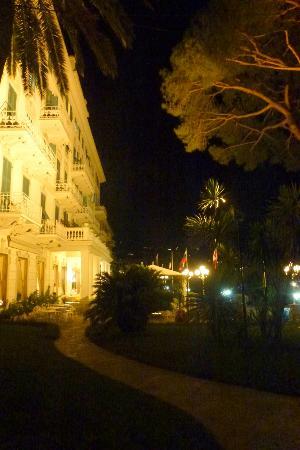 Grand Hotel Miramare: Facciata dell'Hotel di sera