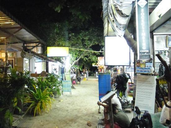 Railay Beach: Walking street