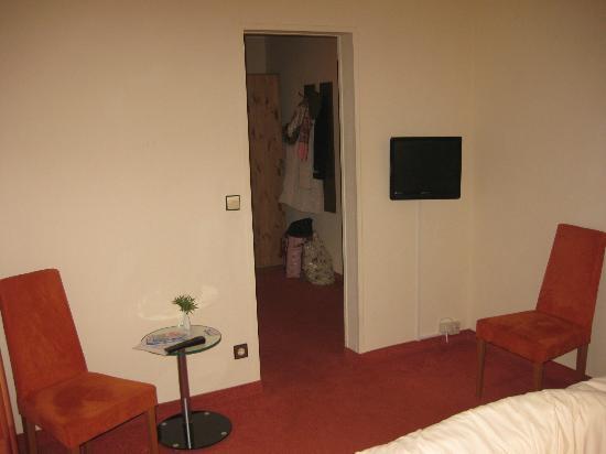 Hotel Altastenberg: Binnenkomst slaapkamet met TV