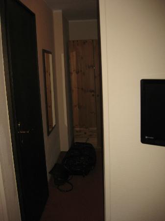 Hotel Altastenberg: Deur badkamer met halletje kapstok en kast