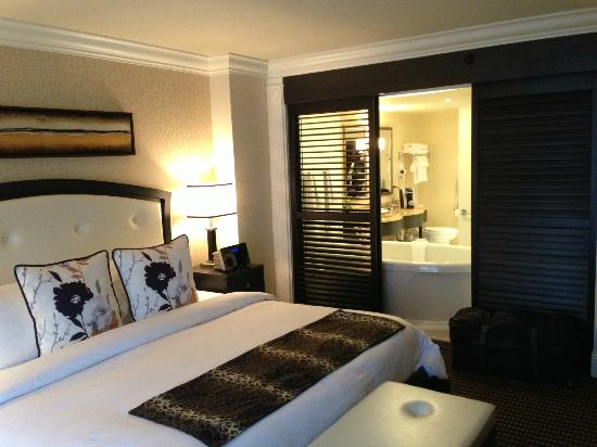 chambre et lit de 2 m tres photo de le st martin hotel. Black Bedroom Furniture Sets. Home Design Ideas