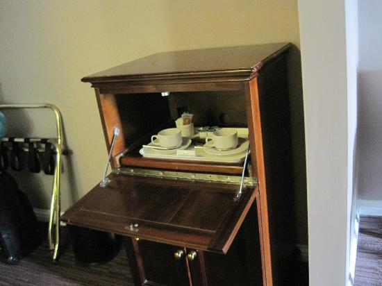 Forster Court Hotel: Cupboard with coffee/tea service
