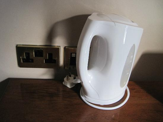 Forster Court Hotel - TEMPORARILY CLOSED: Kettle, electric outlets