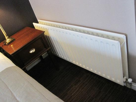 Forster Court Hotel: Radiator next to bed