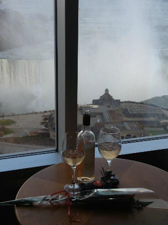 Oakes Hotel Overlooking the Falls: wine and a great view