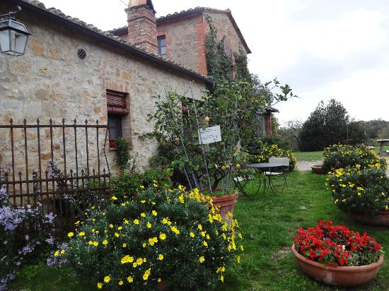 Agriturismo Cretaiole di Luciano Moricciani: The House and Garden