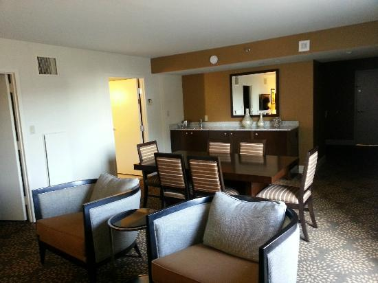 DoubleTree by Hilton - Washington DC - Crystal City: Living area in Suite
