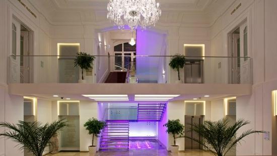 Hotel Elizabeth: Stairs side entrance