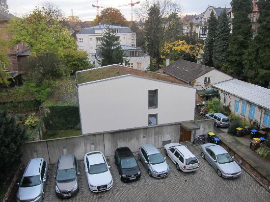 BoardingHouse Heidelberg: есть стоянка кто на машине, вид с другого окна