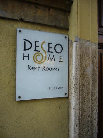 Deseo Home: 建物の入り口にある看板