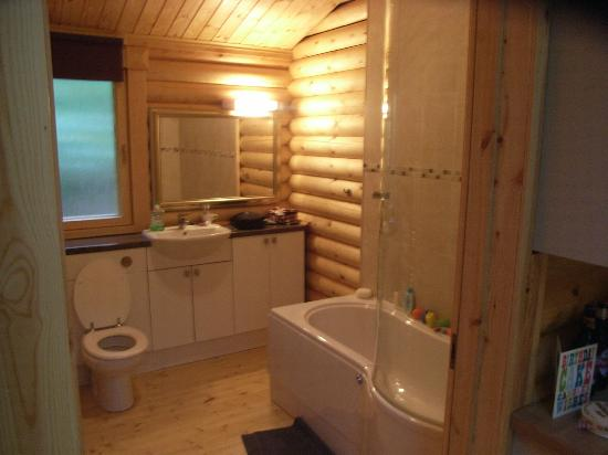 Alpine Grove Log Cabins: Spacious Bathroom