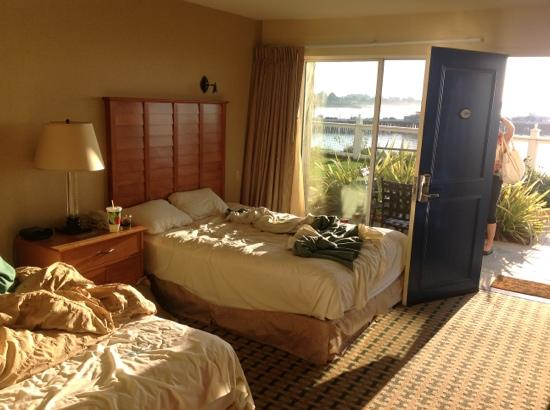 Sea and Sand Inn: twin queen bed