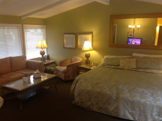 Monterey Peninsula Inn: livingroom mit kingbed