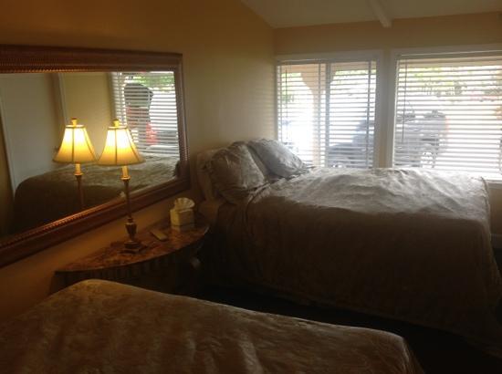 Monterey Peninsula Inn: 2 große queenbetten im Schlafzimmer
