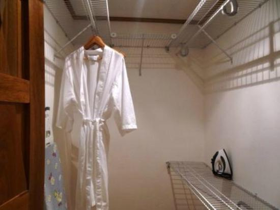 Los Altos Condo Residences: Walk-In closet in 2nd Master