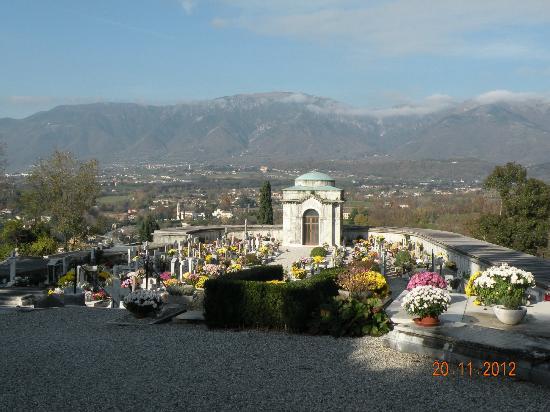 อาโซโล, อิตาลี: Il cimitero di Asolo con sullo sfondo il Monte Grappa