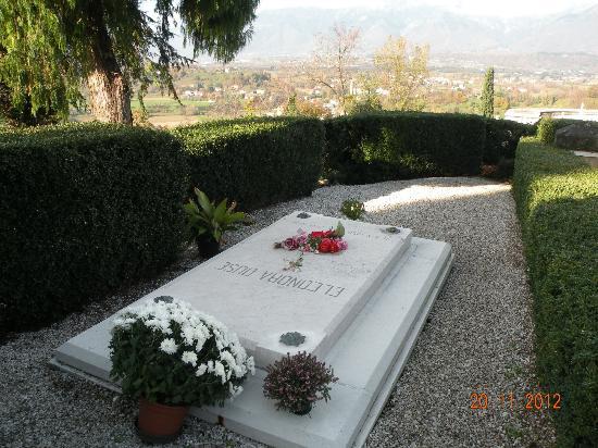 """La tomba della """"Divina"""" Eleonora Duse ad Asolo"""