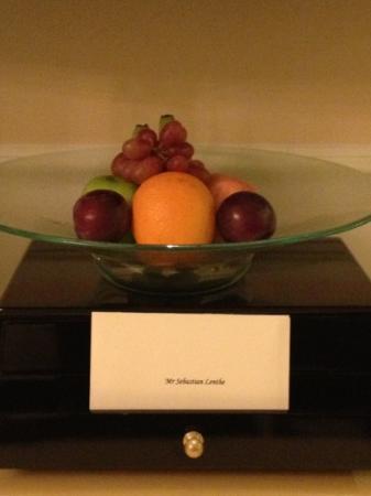 Shangri-La Hotel, Singapore: Furor Basket welcome in Valley Wing