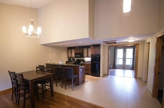 Marble Inn Resort: The large kitchen area of the luxurious 3-bedroom condominium suite