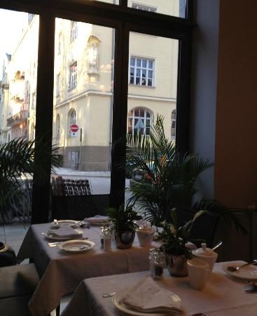 Das Nikolai Hotel: View from breakfast room. Loved the heavy table linen.