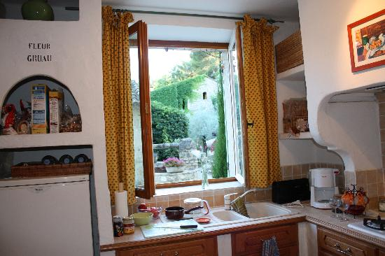 Moulin de la Roque: Kitchen view from Le Lavandin, our apartment