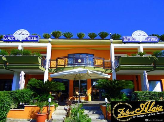 Vitulazio, Italia: entrata principale della pasticceria