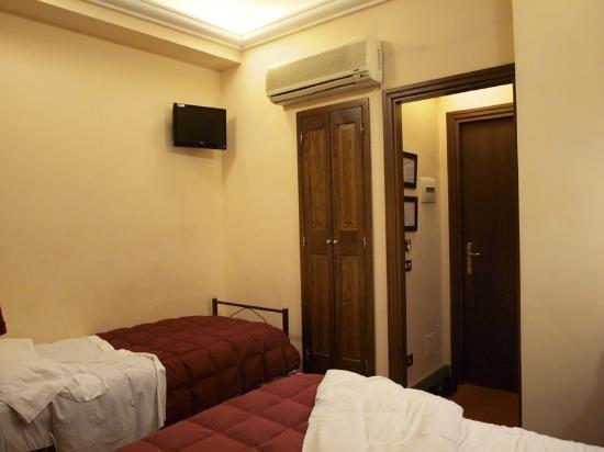 Okapi Rooms: Blick zum Badezimmer