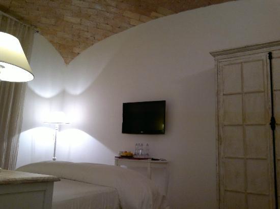 La Finestra sul Colosseo B&B: Bright and airy bedroom