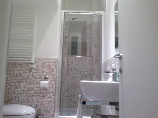 La Finestra sul Colosseo B&B: Sparkling clean bathroom