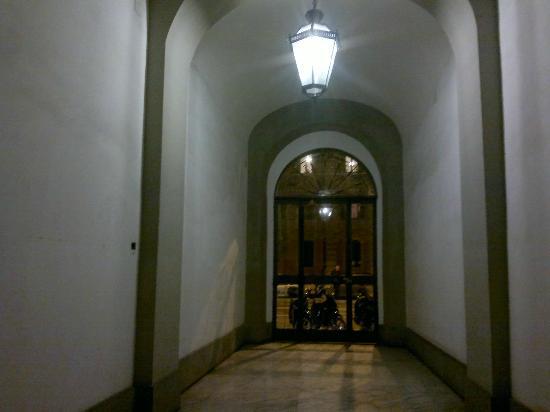 La Finestra sul Colosseo B&B: Building entrance in the evening