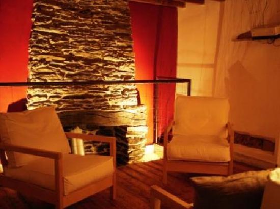 Kerpa: Le salon avec vidéoprojecteur, coin lecture, et sa cheminée