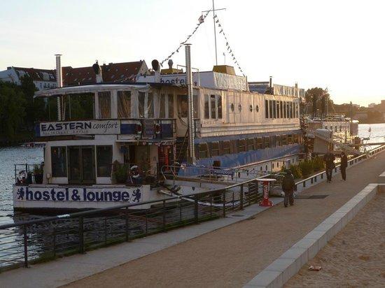 Eastern Comfort Hostelboat: Lage 30 m südlich der (Graffiti-) Mauer