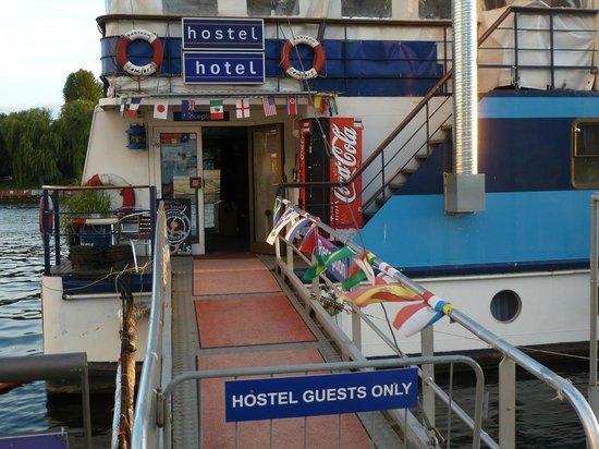 Eastern Comfort Hostelboat: Eingang zum großen Schiff