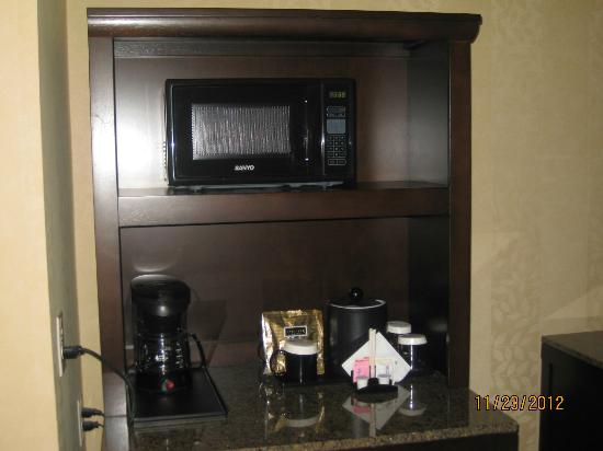 Hilton Garden Inn Washington DC / Bethesda: Microwave and coffee pot