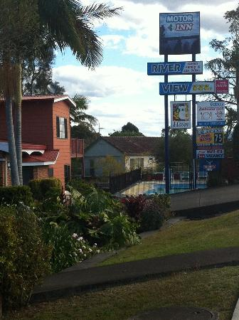 Riverview Motor Inn: Easy to find, on the highway, by the old railway bridge