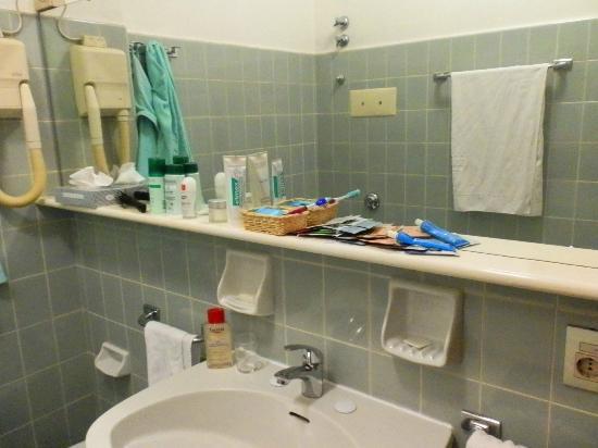 Hotel Augustus Terme: В ванной много мест для хранения