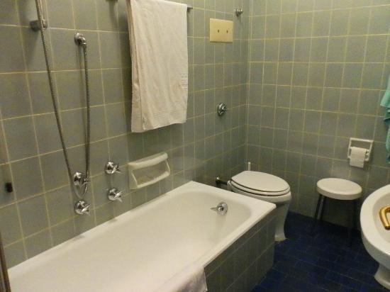 Hotel Augustus Terme: Кафель в ванной навевает тоску