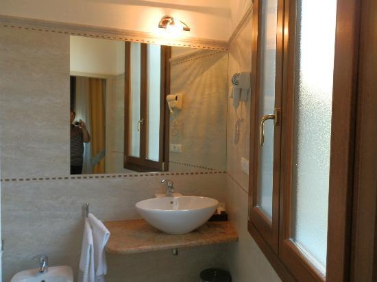Ca dei Polo: ванная с окном и свежим ремонтом