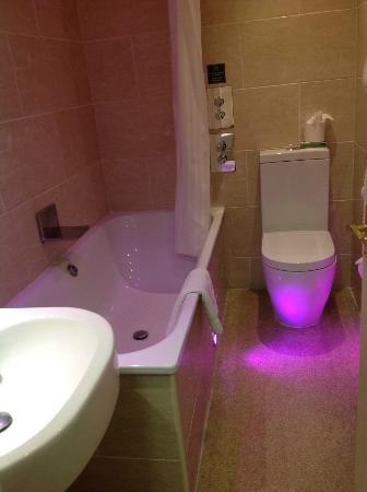 The Crown Spa Hotel: Pink lit bathroom!